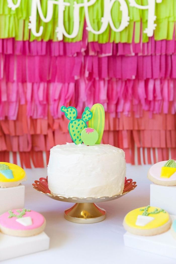 des cake-toppers cactus pour décorer un gateau anniversaire simple et beau sur le thème tropical