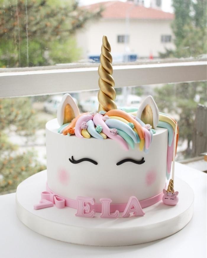 joli gateau anniversaire fille en forme de tête de licorne aux petits décorations pastel en pâte à sucre