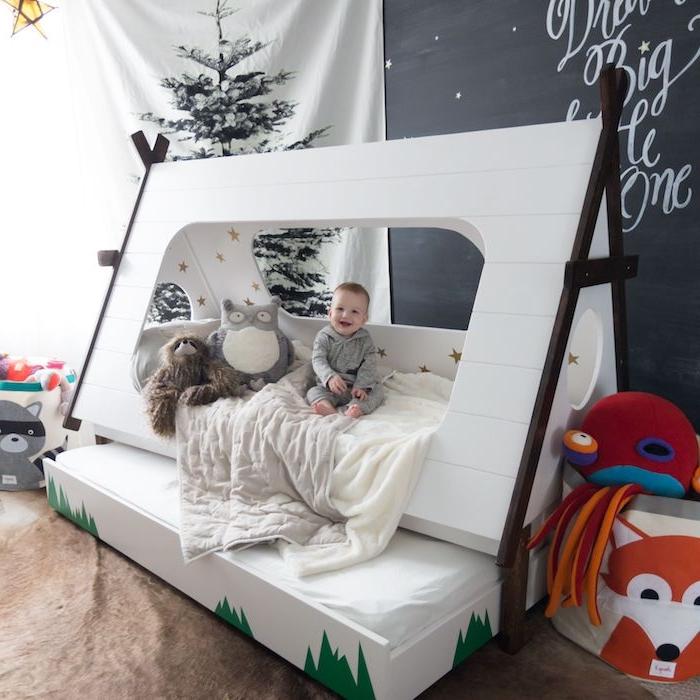 tipi enfant et lit deux en un, tipi blanc scandinave, mur ardoise murale, sapin de noel, gros bac à jouets