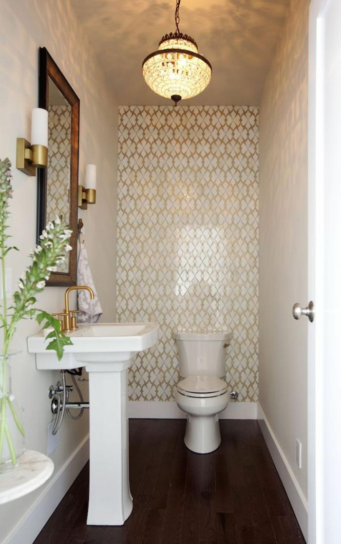 amenagement toilette petit espace, plafonnier style oriental, sol en bois foncé, miroir encadré, robinet doré