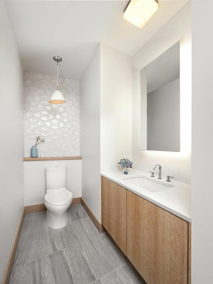 toilettes classiqes déco bois et blanc, so en careaux imitation bois, vasque sous comptoir, lampe pendante