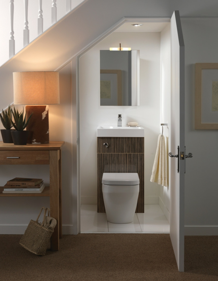 toilettes sous escalier en bois et blanc, peinture pour toilette blanc, petit meuble vasque