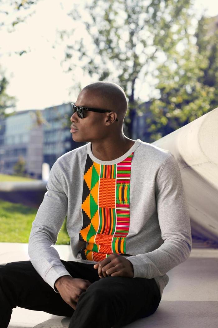 tenue de tous les jours homme noir, haut motifs graphiques en couleurs vives, motifs en couleurs vitaminées