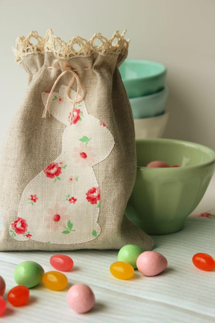 trousse en jute avec grand lapin appliqué, oeufs décoratifs colorés, bols en céramique, deco table paques