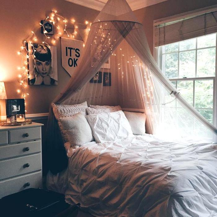 Poster Audrey Hepburn sur le mur rose pale, décoration guirlande lumineuse, déco chambre tumblr moderne idée pour la chambre à coucher