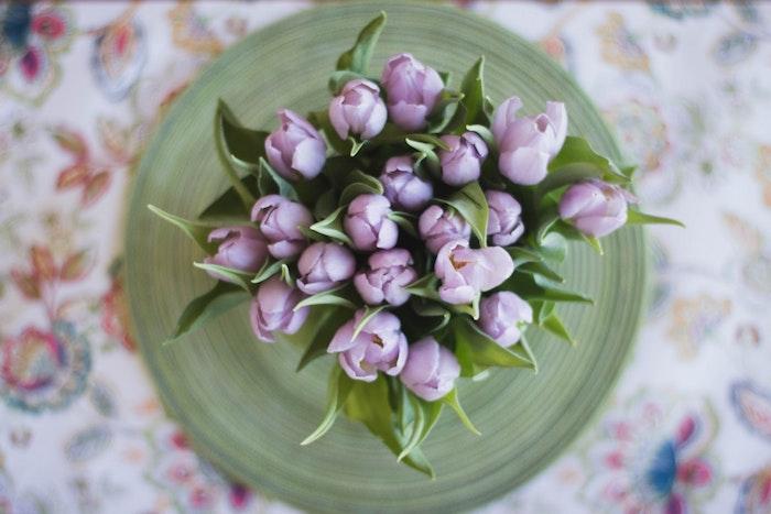 Tulips violets photo de haut, table avec jolie nappe en lin, belle image pour dire joyeuses fetes de paques, carte joyeuses pâques