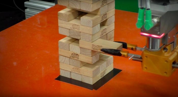 Nouvelle pour robot apprend à jouer à Jenga, comment cela se passe, photo de robot qui jeu Jenga