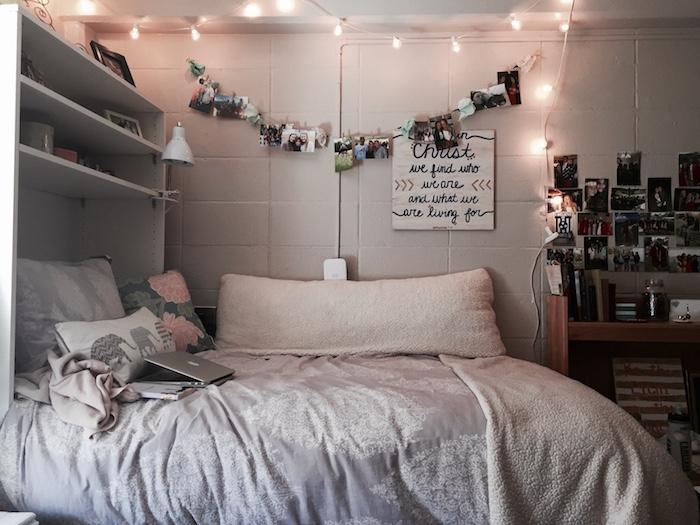 Guirlande lumineuse, lit double, étagère décoration photos, macbook gris, déco chambre ado fille