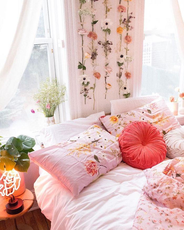 Mignonne deco chambre fille ado, tumblr chambre adolescente, déco fleurs sur le mur en guirlande
