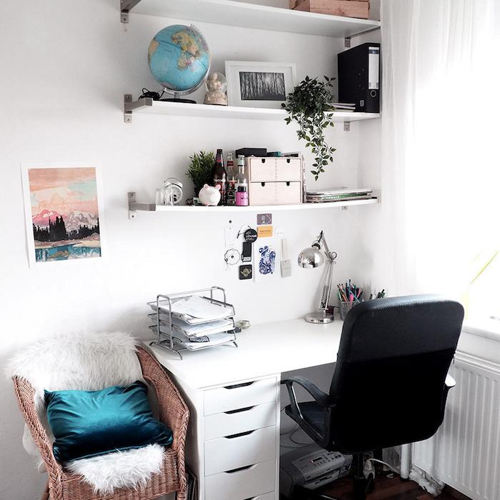Globe lumineuse, chaise noir, esquisse watercolor, étagères rangement, coin bureau scandinave style