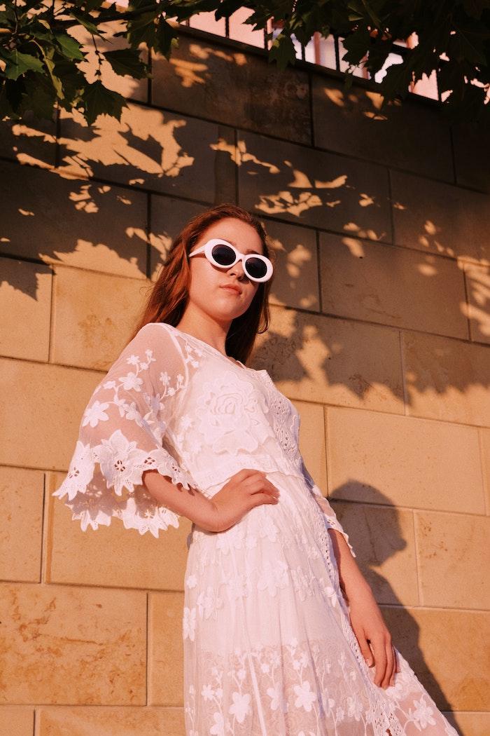 Belle femme bien habillée avec lunettes blanches vintages. vêtements modernes au style hippie, robe champetre, robe dentelle soirée