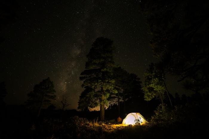 projecteur led portable puissant utilisé en éclairage pour le camping, éclairage led à l'extérieur couvrant une large zone