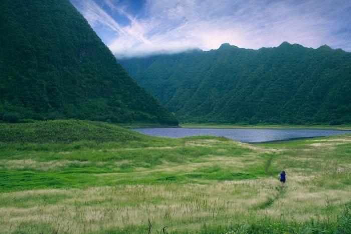 Joli paysage de printemps dans un ile qui ressemble à Hawaii, image printemps, belle photo pour mon ordinateur