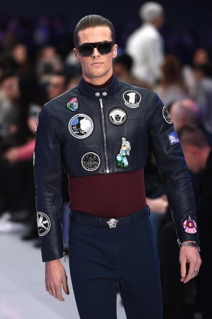 idée pour une tenue chic et décontracté pour homme, modèle de pantalon bleu foncé porté avec ceinture en cuir noir