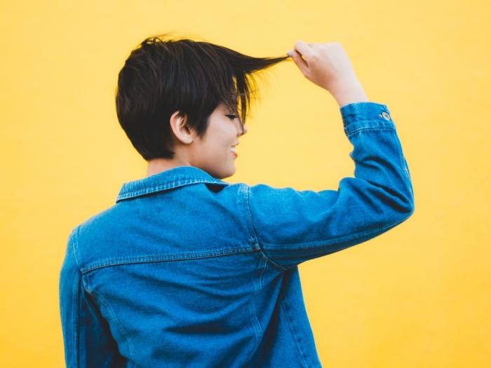 idée coiffure courte femme, comment porter une chemise en denim femme, exemple comment styliser les cheveux courts