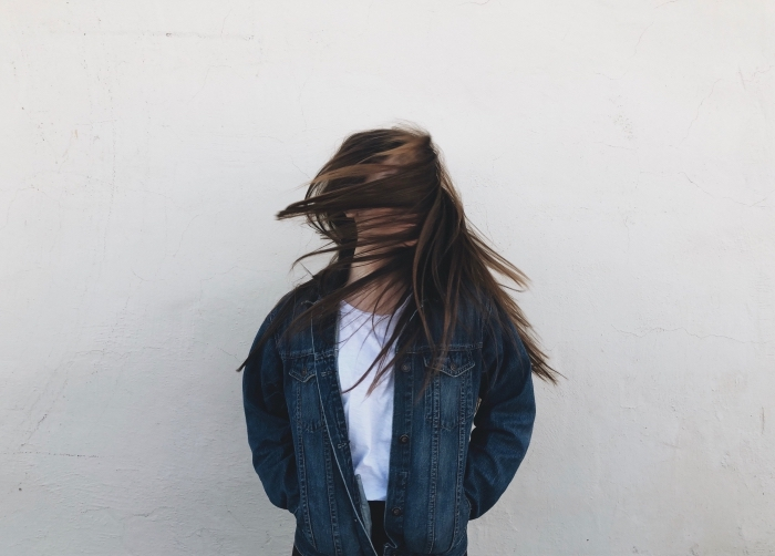 cheveux longs et sains lisses, comment porter une chemise en denim ou une veste jeans femme, idée lissage japonais