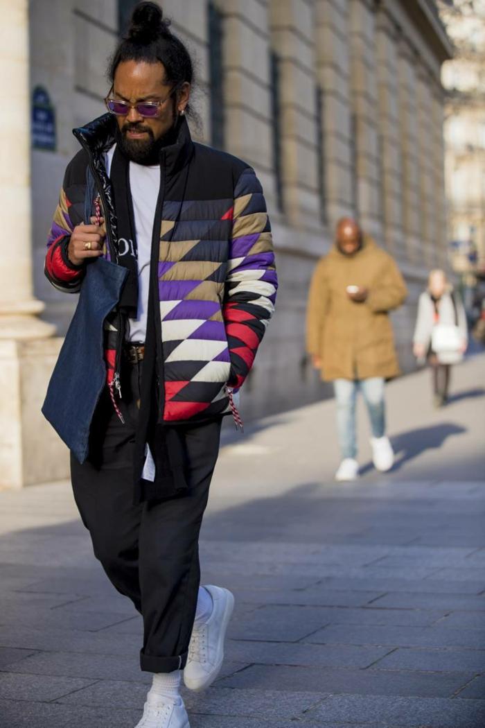 tenue africaine homme, coiffure bun, pantalon fluide, sneakers blancs, vêtements africains modernes
