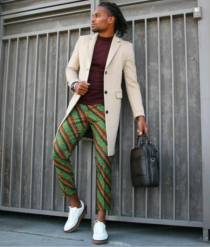homme africain, pantalon aux rayures diagonales, sneakers blancs, veste couleur crème, t-shirt burgundy