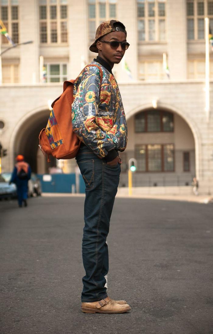tenue africaine homme, sac à dos orange aux motifs aztèques, jeans denim pour homme, chaussures ocre