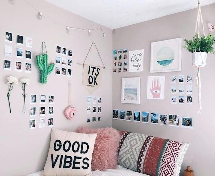 roses murs, lit adolescent décoré de guirlande lumineuse dans une chambre adolescente, décoration hipster