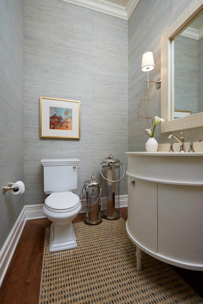 quelle peinture pour les toilettes, decoration toilette gris et blanc, vase blanc et déco florale blanche, deux grandes lanternes, tapis de toilettes