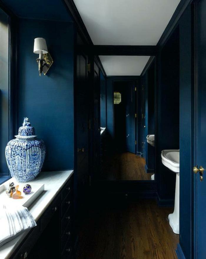 aménagement toilettes style méditerranéen, vasque sur pied, grand vase grec, peinture bleu navy