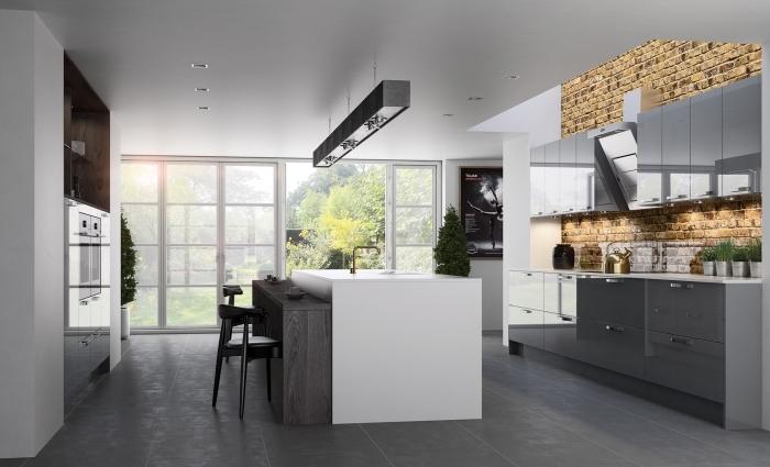 déco de cuisine blanche avec mur design briques aménagée avec armoires gris laqué et plan de travail blanc