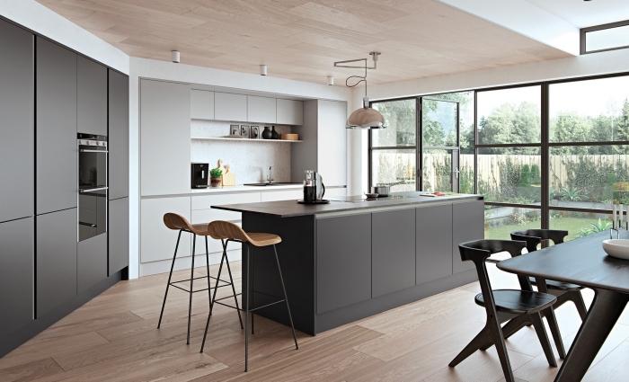 cuisine avec îlot au parquet et plafond en bois clair, cuisine blanche avec armoires en gris clair et gris anthracite