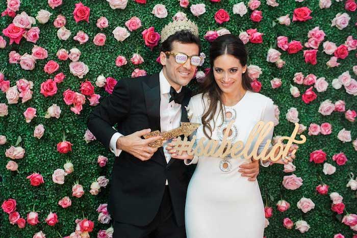 Couple marié, photo booth avec roses et un hashtag spécial, jeux soirée, idée d'animation mariage, cool idée pour jouer avec la caméra