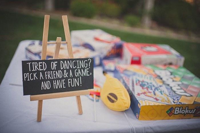 Idée ardoise qui indique les jeux de société pour ceux qui sont fatiguées de danser, fil rouge mariage, idée d'animation mariage pour ne pas s'ennuyer