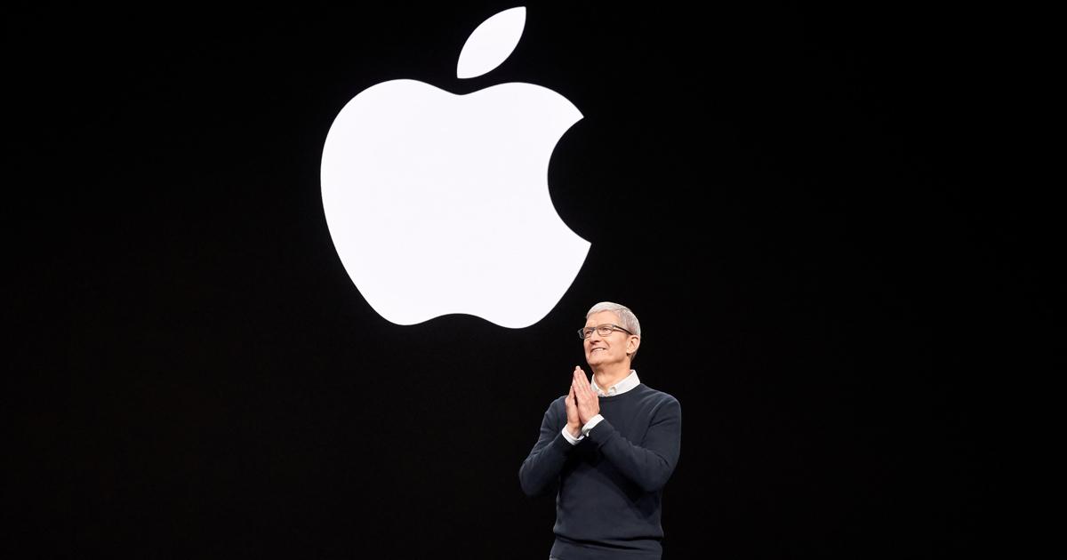 photo Tim Cook sur fond noir avec logo Apple pendant l'Apple Keynote 2019 avec la présentation de nouveaux produits de services comme TV plus ou News plus ou Arcade