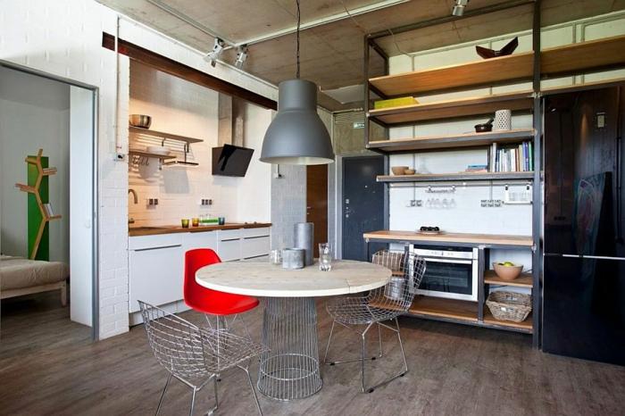 kitchenette pour studio, lampe industrielle suspendue, plafond en béton, étagères murales en bois et métal