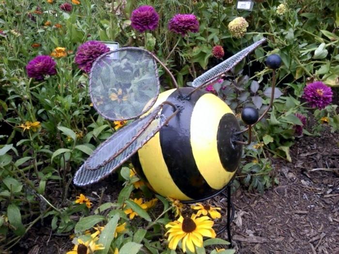abeille improvisée, déco avec matériaux différents, boule en bois, fil métallique tordu