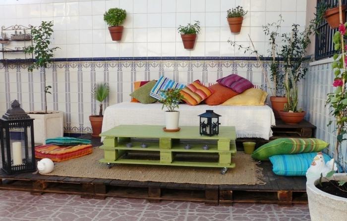 exemple décoration de terrasse ou jardin avec objets en couleurs, DIY meubles en palettes à réaliser soi-même