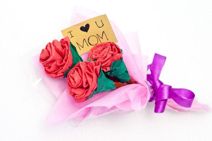 joli bouquet de roses en papier à offrir pour la fête des mères, comment faire des fleurs en papier pour réaliser un joli bouquet