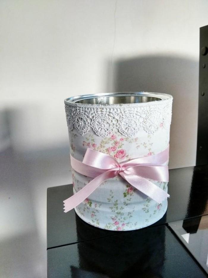 comment transformer une boite de conserve en accessoire original, faire un pot à fleur en canette décorée de papier et ruban