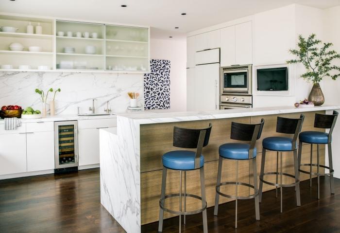 comment aménager une cuisine avec îlot, modèle comptoir et crédence marbre, revêtement de plancher bois laqué