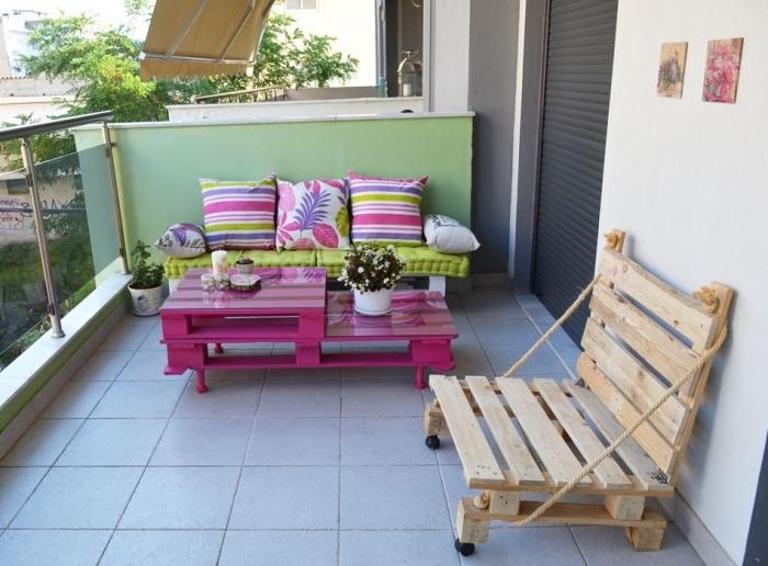 comment décorer son balcon avec meubles en palette, modèle de canape exterieur décoré avec coussins multicolore