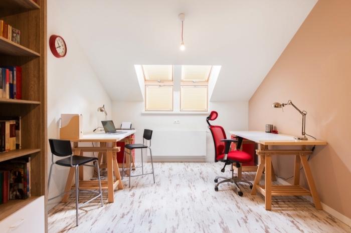 une chambre sous pente aménagée en espace bureau au design épuré équipé de deux bureaux tréteaux