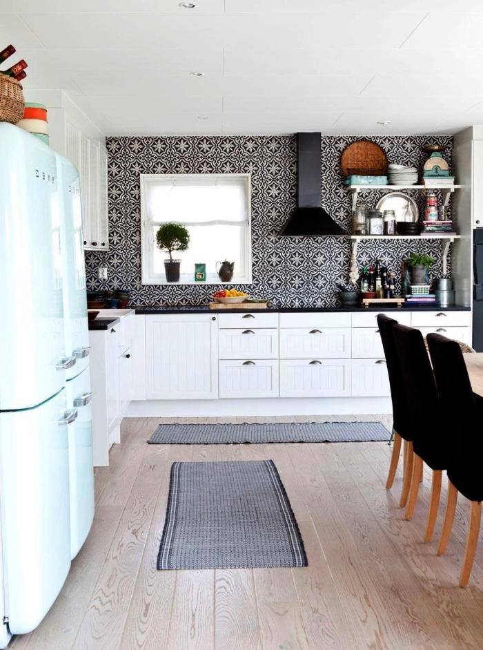 du carrelage imitation carreaux de ciment gris anthracite qui recouvre le mur entier qui joue le rôle de crédence dans cette cuisine scandinave vintage