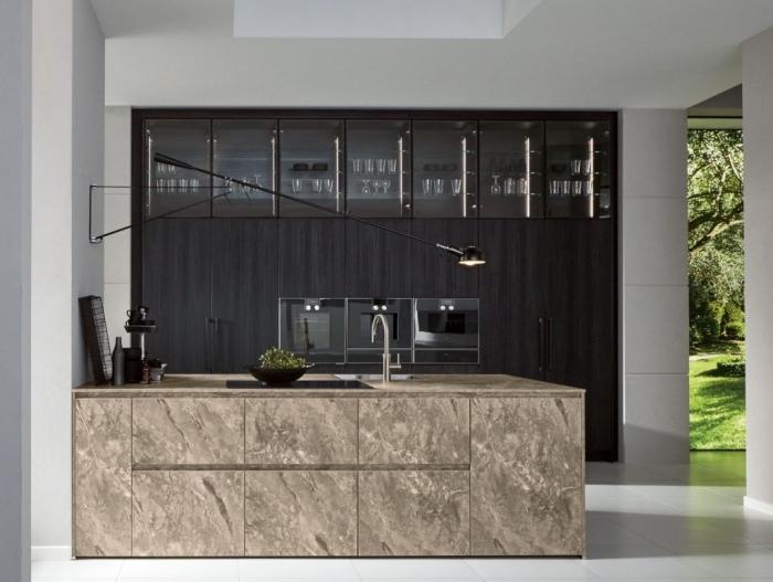 design minimaliste dans une cuisine aux lignées épurées, quelle couleur pour une cuisine, rangement fermé sans poignée