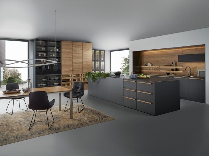 idée facade cuisine en noir mate, meuble rangement fermé et ouvert en bois, agencement grande cuisine avec coin repas