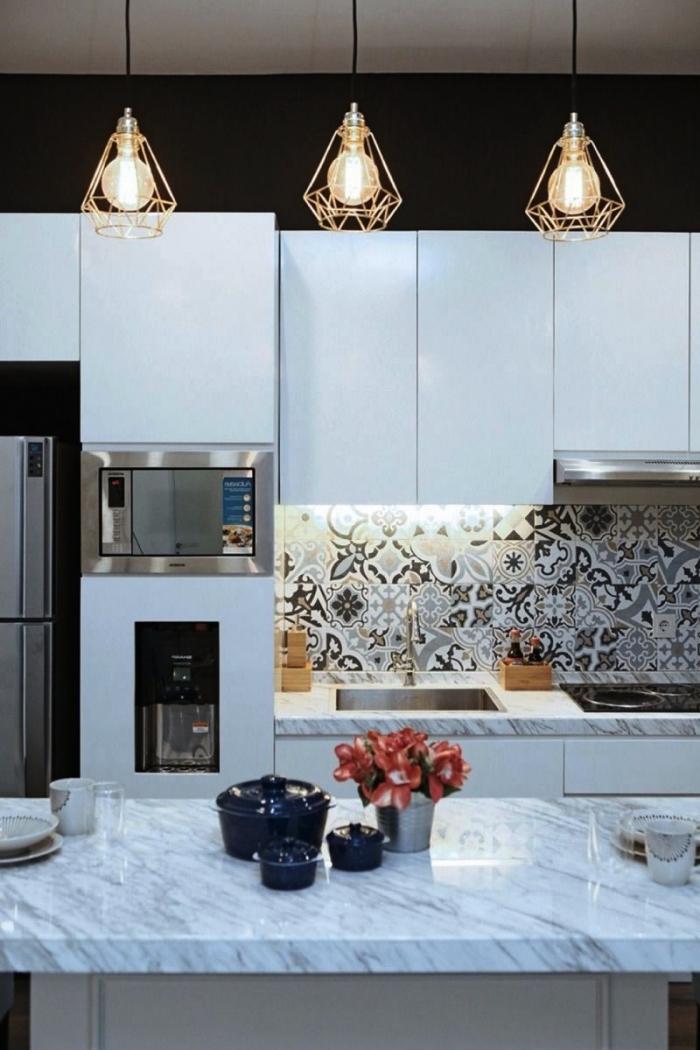 des carreaux de ciment patchwork multicolores posés en crédence de cuisine qui apportent une touche déco originale dans le décor monochrome de la cuisine contemporaine