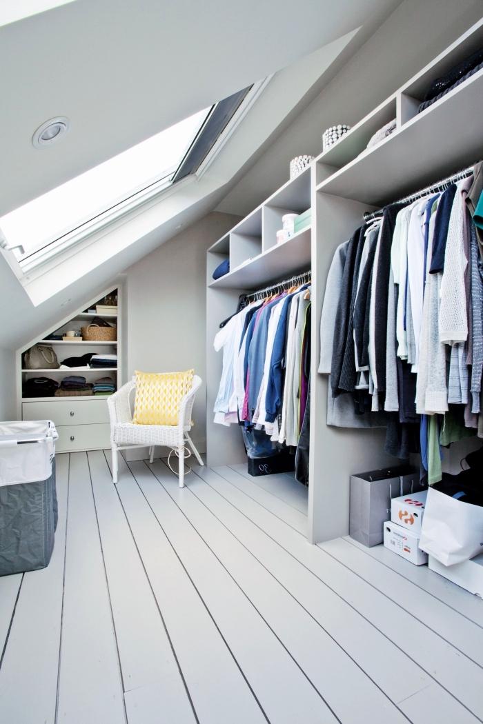 l'aménagement d'un dressing sous pente ouverte dans les combles avec un système de rangement de tringles et d'étagères