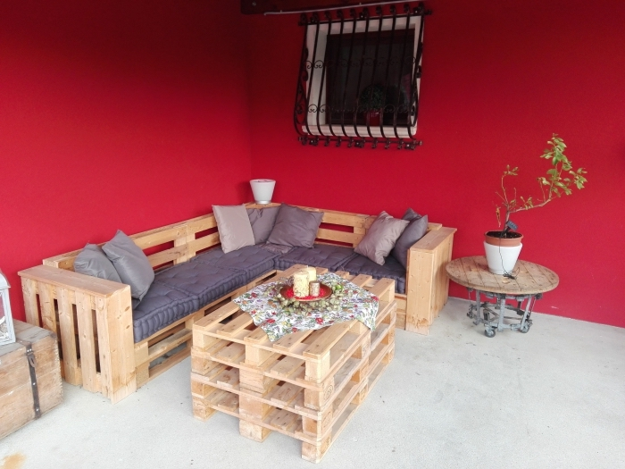 petite table café ronde avec pieds roulettes, déco terrasse ou jardin avec meubles DIY en palettes bois, que faire avec des palettes