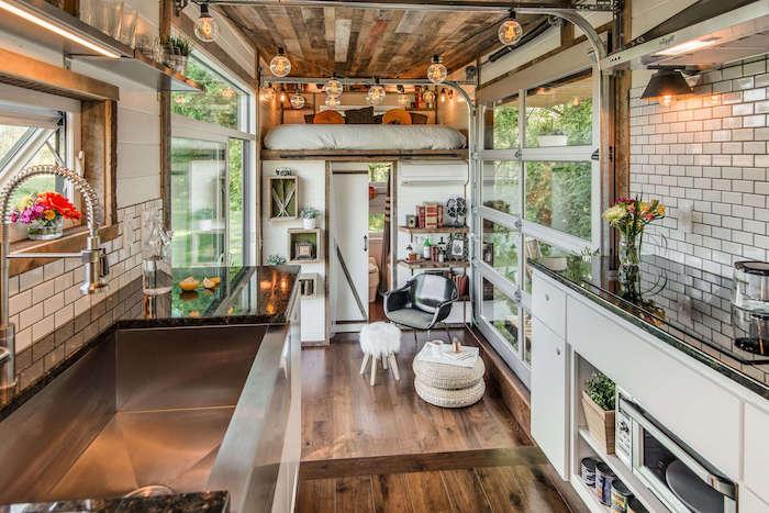 deco rustique chic dans un petit studio 20 m2 avec grande cuisine, petit coin détente, credence carreaux metro blanc, petite bibliothèque étagère murale et mezzanine en hauteur