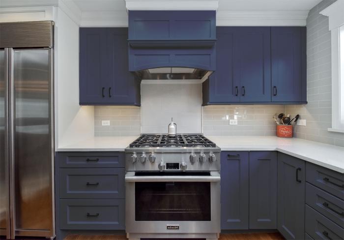 modèle de crédence cuisine avec carreaux briques, décoration cuisine moderne avec armoires de couleur bleu foncé mate