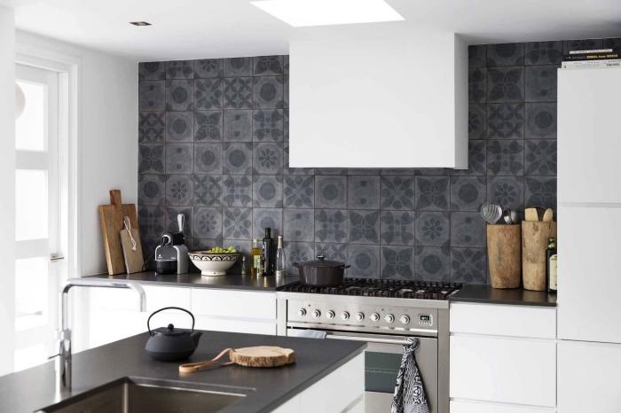 cuisine toute blanche équipée d'une crédence imitation carreaux de ciment en céramique à motifs patchwork en gris anthracite