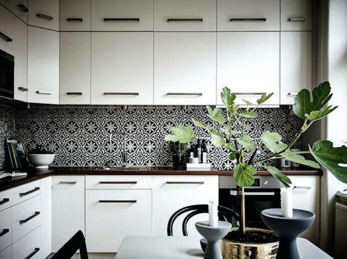une crédence imitation carreaux de ciment aux motifs anciens gris anthracite dans une cuisine blanche de style scandinave