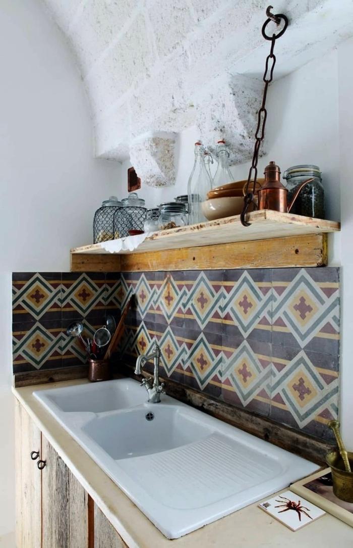 petite crédence cuisine carreaux de ciment graphiques multicolores adoptée dans une cuisine de style méditerranéenne